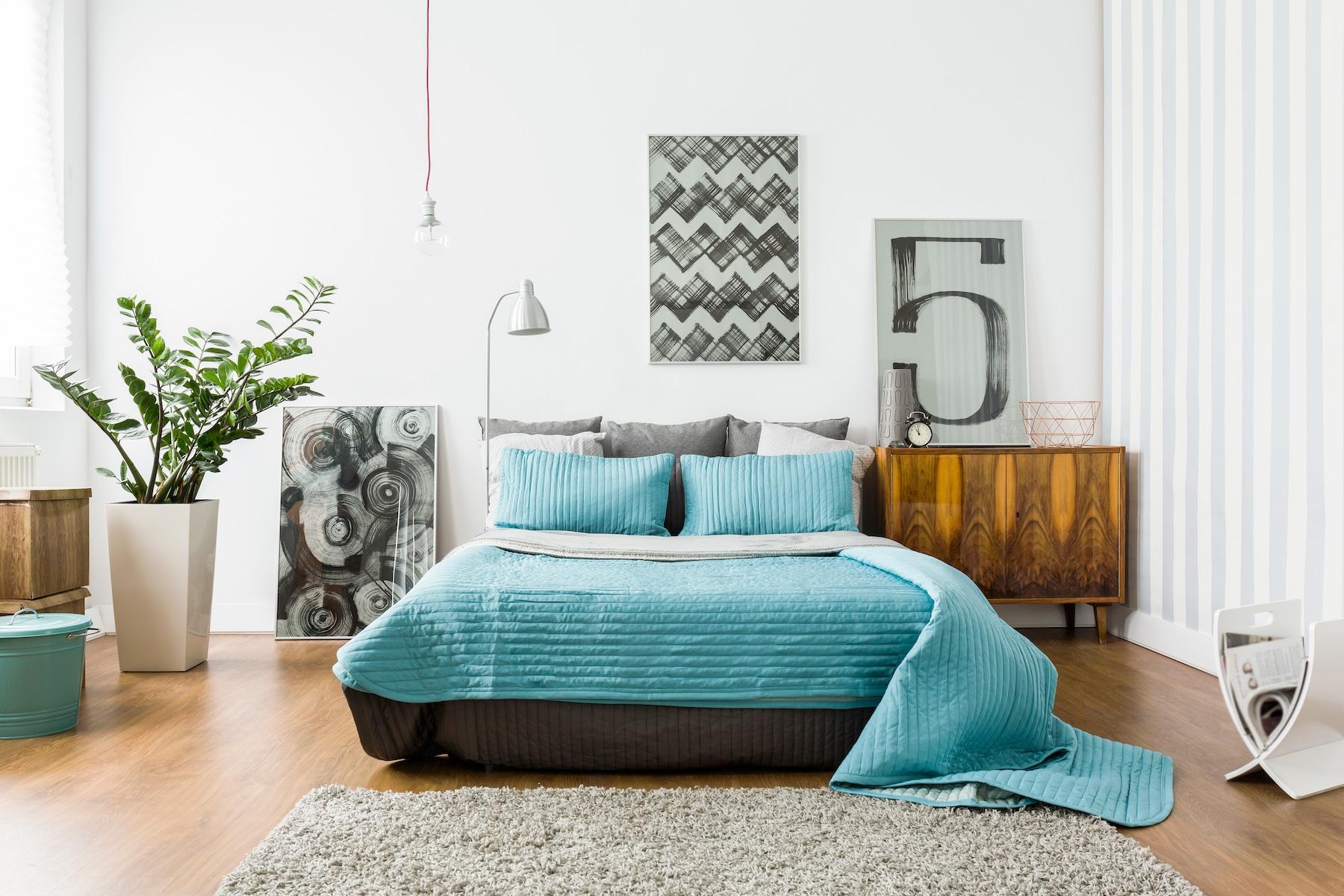 Chambre à coucher à la déco cosy et contemporaine.