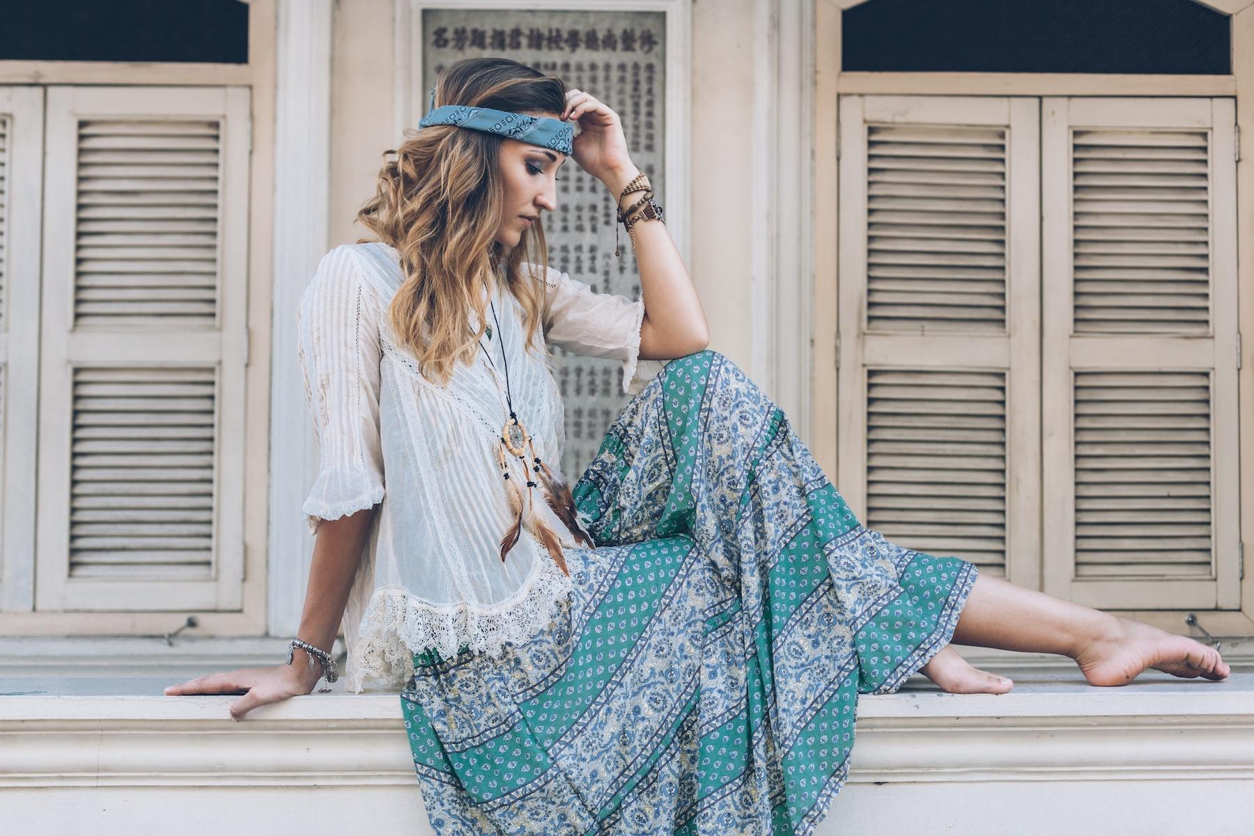 Jeune femme portant le style bohème
