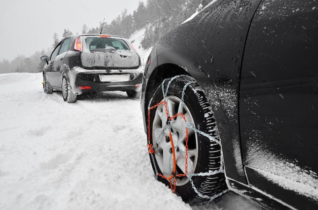 Voiture avec chaînes neiges