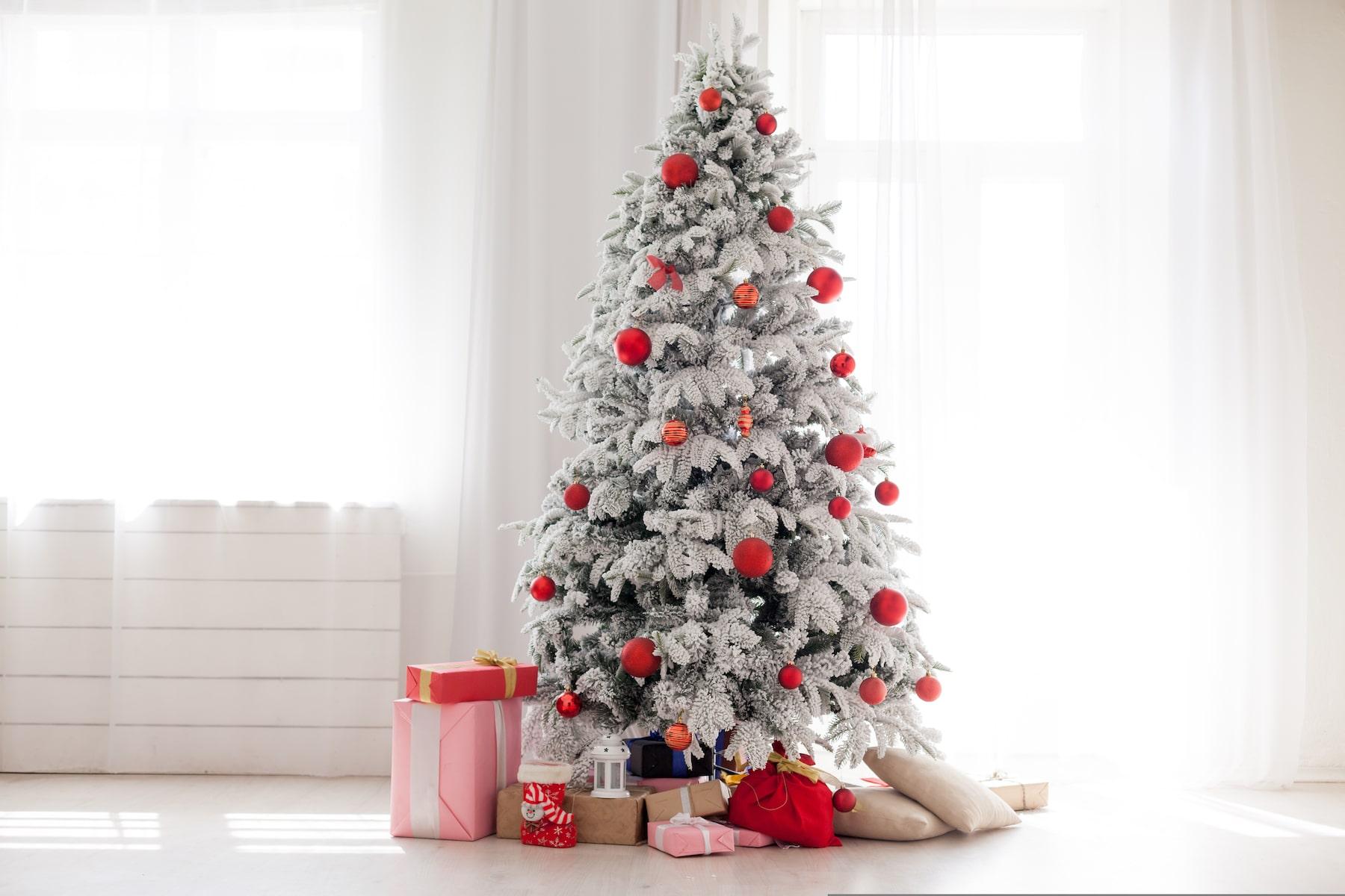 Sapin de Noël décoré de boules rouges.