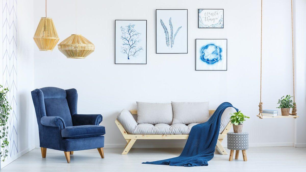 Salon cosy décoré en blanc avec des touches de couleurs
