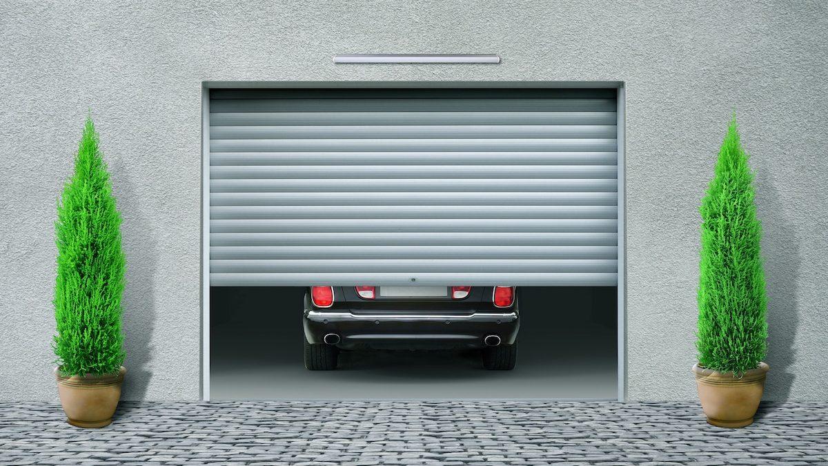 Porte de garage sectionnelle à moitié ouverte.