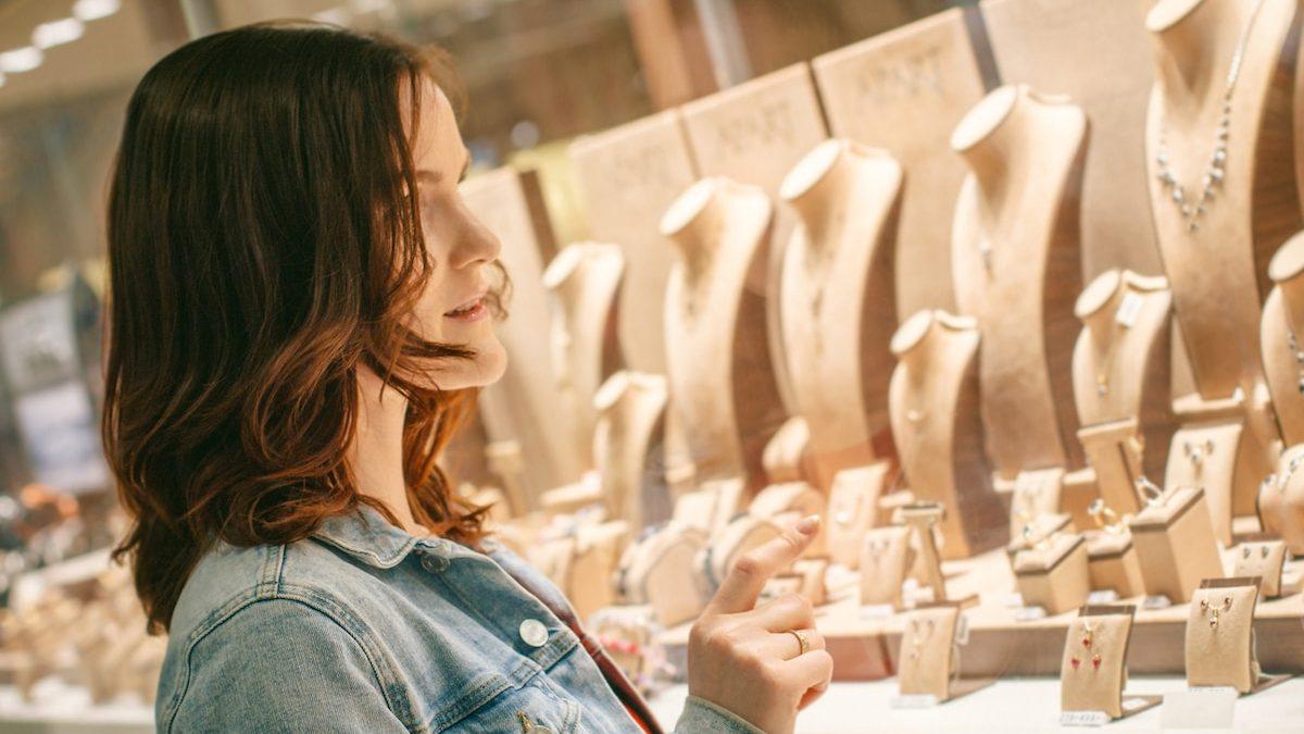 Jeune femme en train de choisir des bijoux.