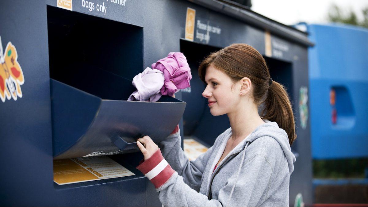 Jeune femme en train de recycler ses vieux vêtements