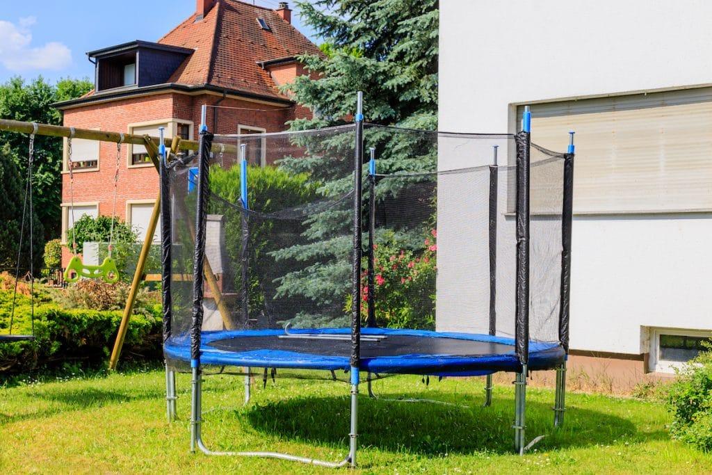Une trampoline en été prêt à être bâché.