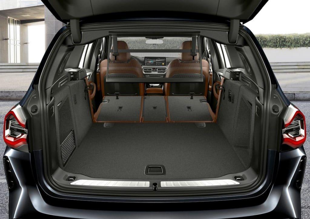 Le SUV électrique BMW iX3 avec le coffre ouvert.
