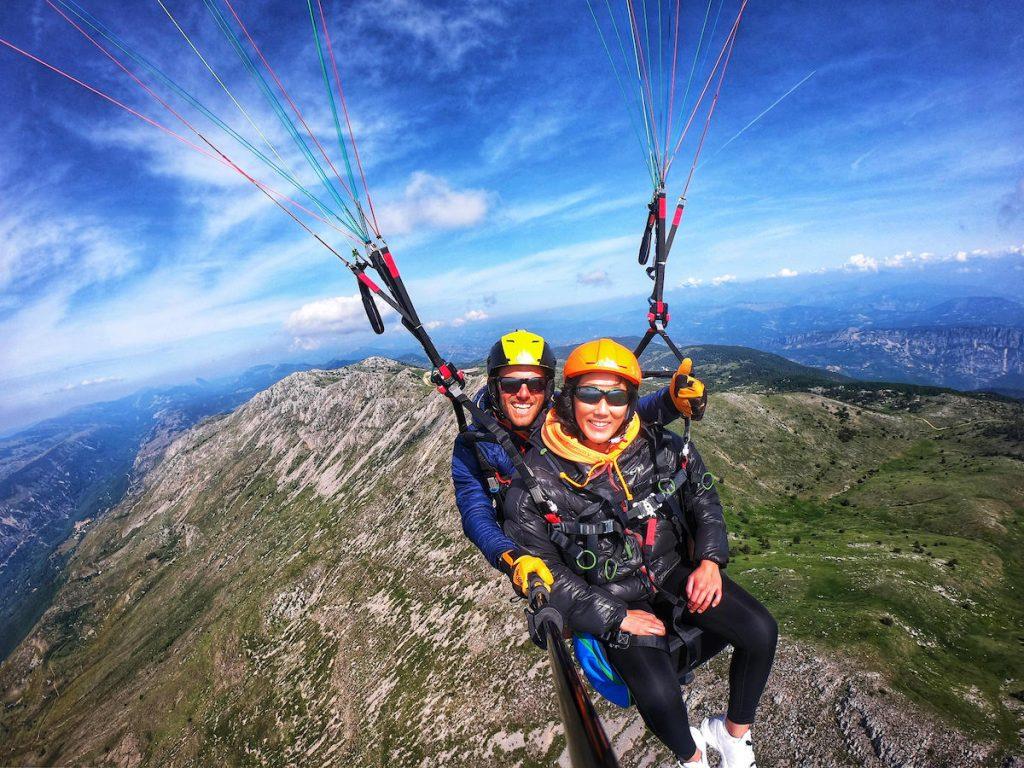 Les deux passagers d'un parapente biplace survolent les Préalpes près de Gréolières